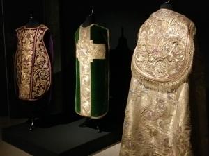 Vêtements exposés (chasubles et chapes) à l'entrée de l'exposition du TAMAT (chasuble verte: cathédrale Saint-Aubain de Namur)